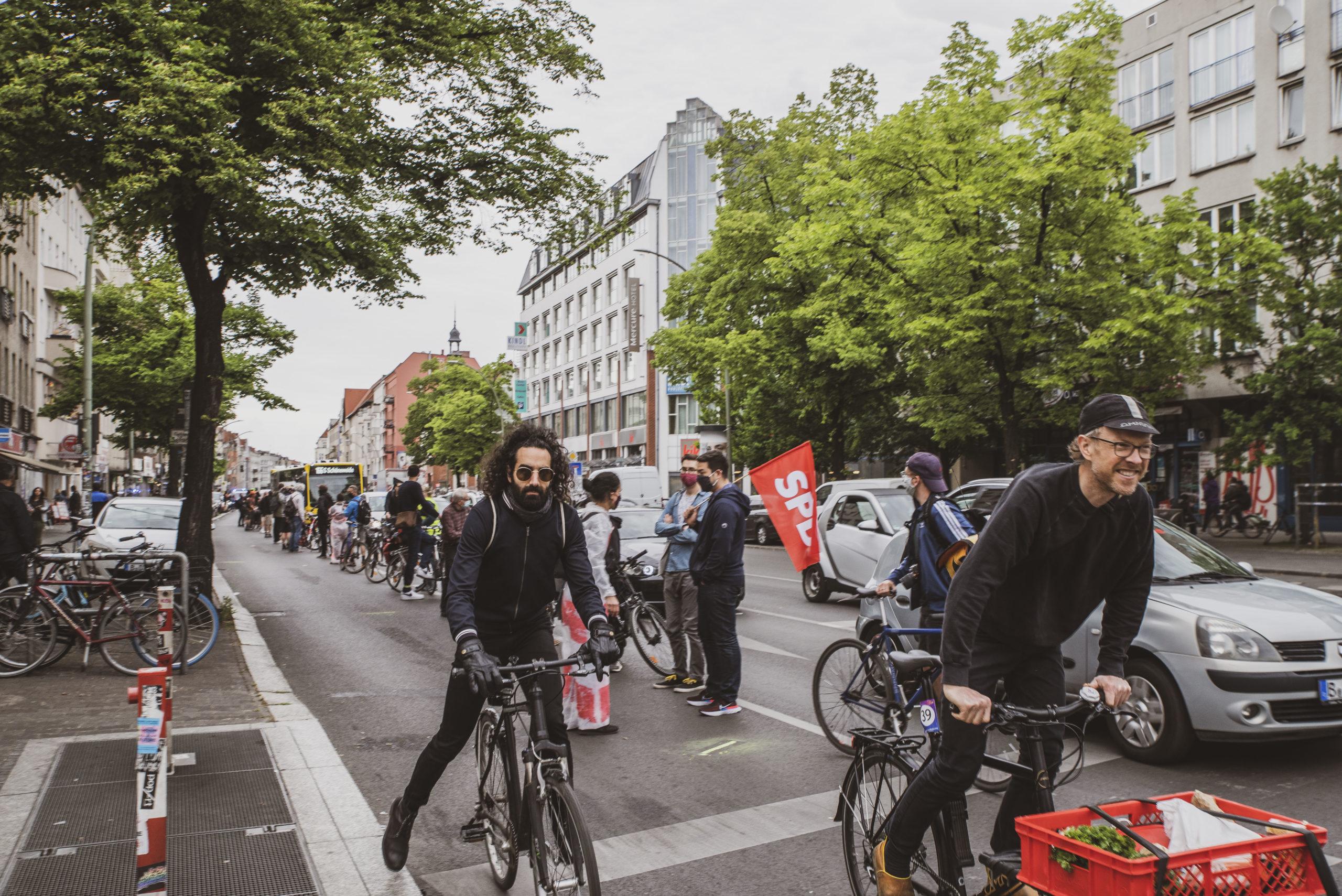 Straße mit Fahrrädern, Autos und einem Bus